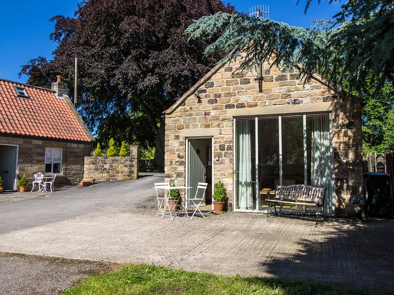 THE FLOUR POT detached stone cottage, en-suite, WiFi, Pickering, Ref 936971, vacation rental in Church Houses