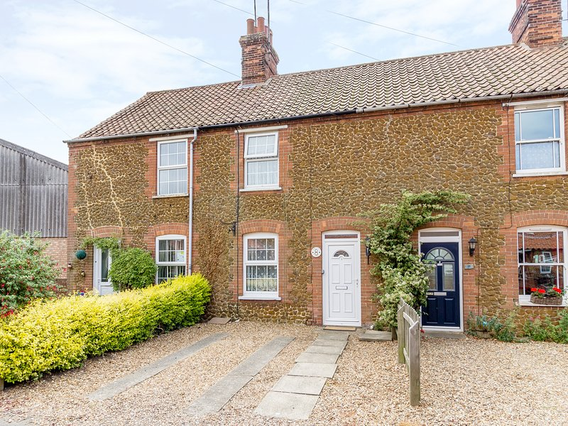 PENNY COTTAGE, enclosed garden, pet-friendly, open fire, Ref 912405, holiday rental in Heacham