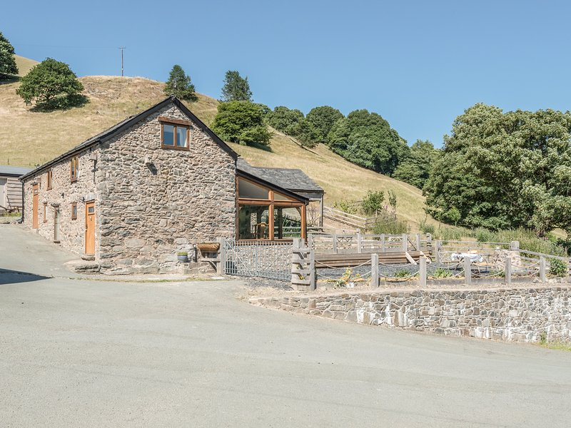THE OWL HOUSE, underfloor heating, exposed beams, near Llanfyllin, holiday rental in Llanwddyn
