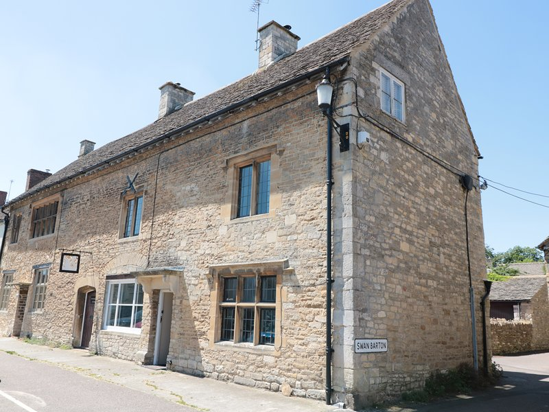 THE OLD SWAN, woodburner, en-suites, Grade II listed ref 975792, location de vacances à Hillesley