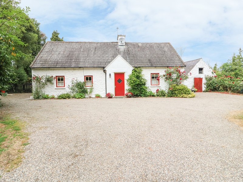 O'NEILL'S, pet-friendly cottage, open fire, rural setting, garden, Dundrum Ref, vacation rental in Tipperary