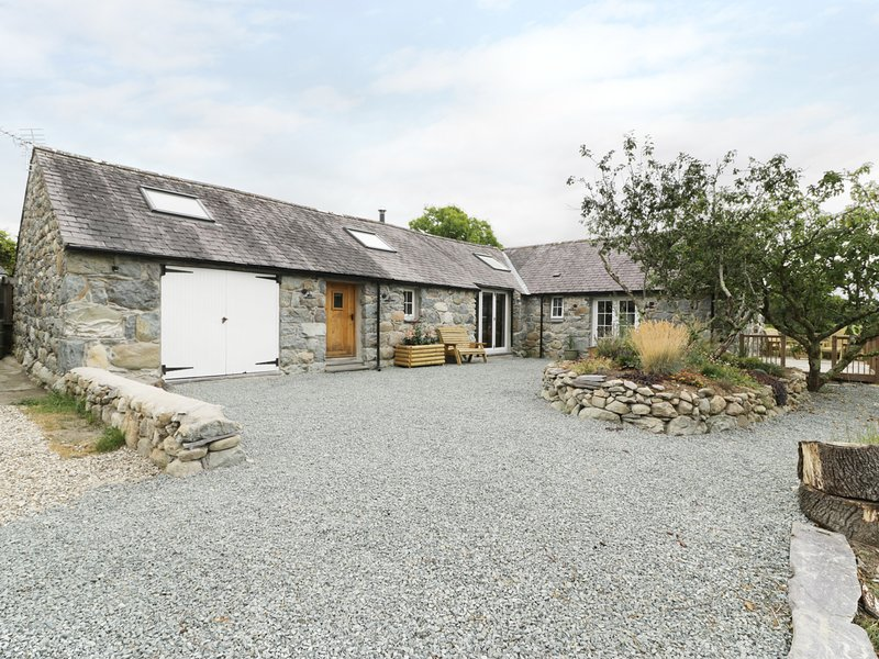 BEUDY'R WENNOL, converted barn with exposed beams and stone, Groeslon, vacation rental in Dinas Dinlle