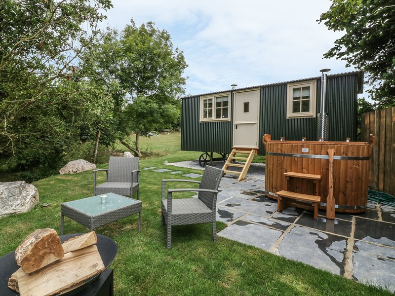 ORCHARD, sheperd's hut with woodburner and hot tub, near Wadebridge, holiday rental in Withiel