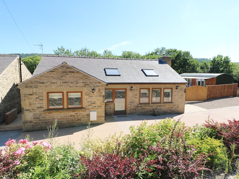 2 PHEASANT LANE, hot tub & pizza oven, edge of Bolsterstone, casa vacanza a South Yorkshire