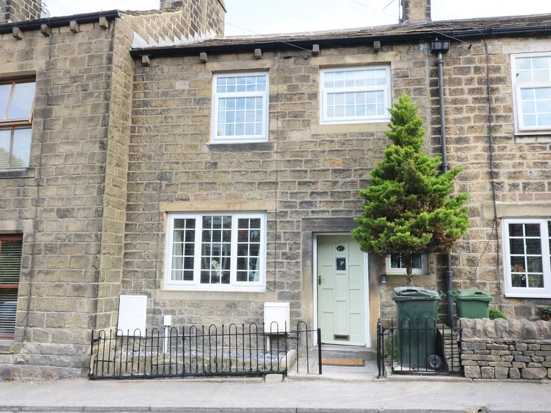 67 MAIN STREET, open-plan with beams and woodburner, Addingham, holiday rental in Addingham