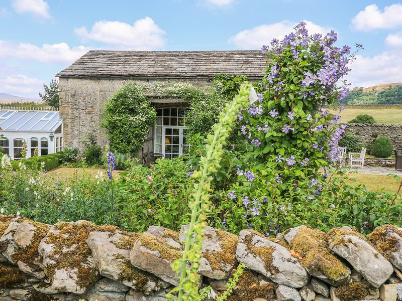 THE GARDEN ROOMS, period style, woodburning stove, near Austwick, red 956381, vacation rental in Settle