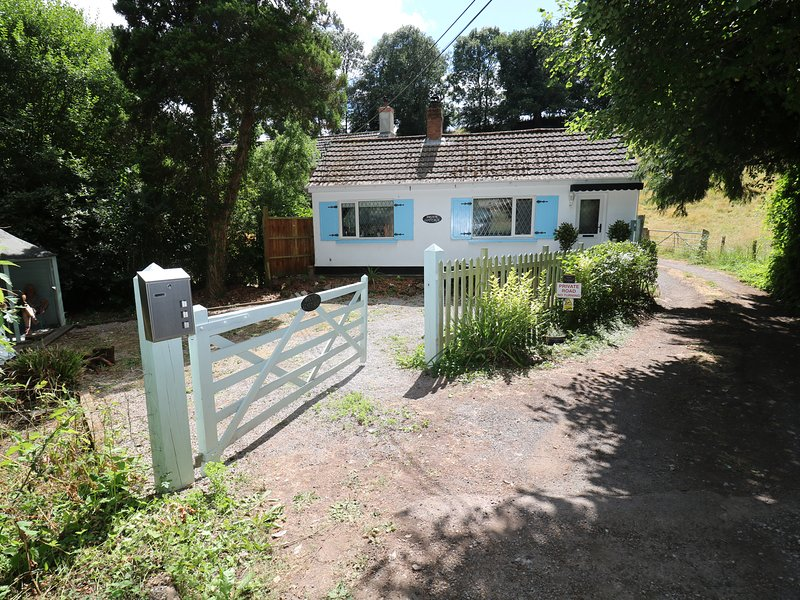 BROOK COTTAGE, hot tub, near Lydney – semesterbostad i Chepstow