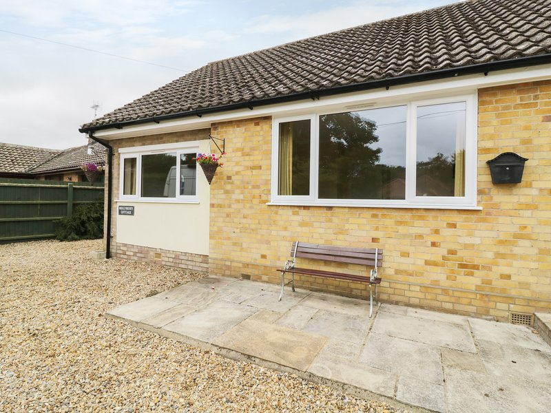 HOLLYBERRY COTTAGE, North Norfolk Coast, Cromer, holiday rental in Roughton