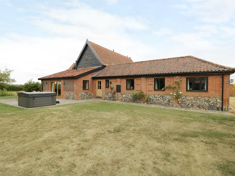 UPPER BARN ANNEXE, barn conversion, countryside views, Harleston three miles, holiday rental in Flixton