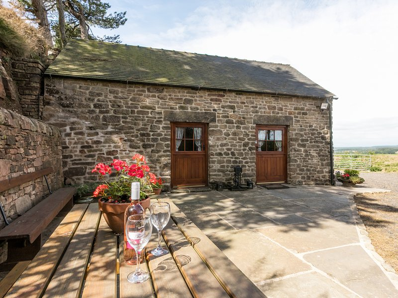 BLAKELOW BARN, detached, open plan living area, pet welcome, WiFi, in Matlock, vacation rental in Kelstedge