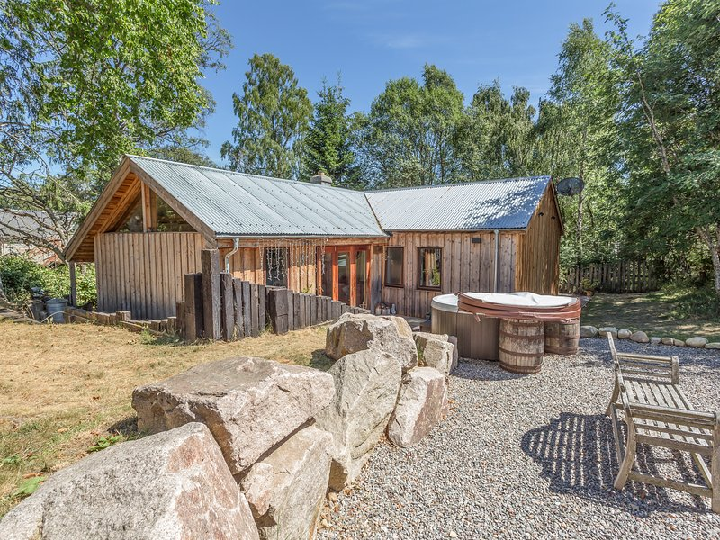 SUIDHE COTTAGE, detached timber cottage, with three bedrooms, decked area and, holiday rental in Kincraig