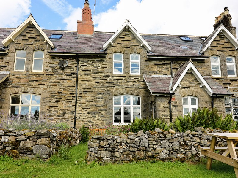2 RAILWAY COTTAGES, views of Settle-Carlisle railway, open-plan, Yorkshire, casa vacanza a Horton-in-Ribblesdale