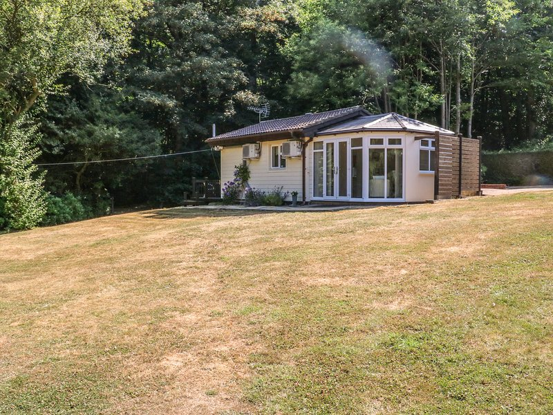 BADGER VIEW, detached lodge, romantic location, WiFi, private decking, nr, holiday rental in Halling
