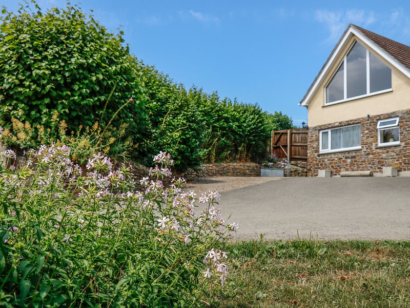 TREVIEW, upside down cottage, WiFi, pet-friendly, ideal for a couple, holiday rental in Kennards House