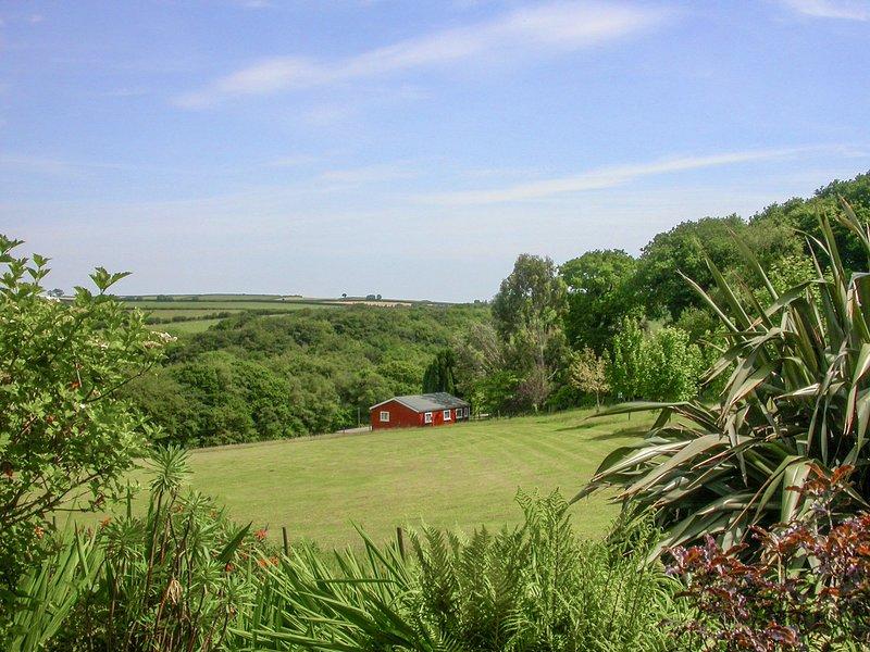 PRIMROSE LODGE, hideaway with dreamy views, dog friendly, children's outdoor, location de vacances à Linkinhorne