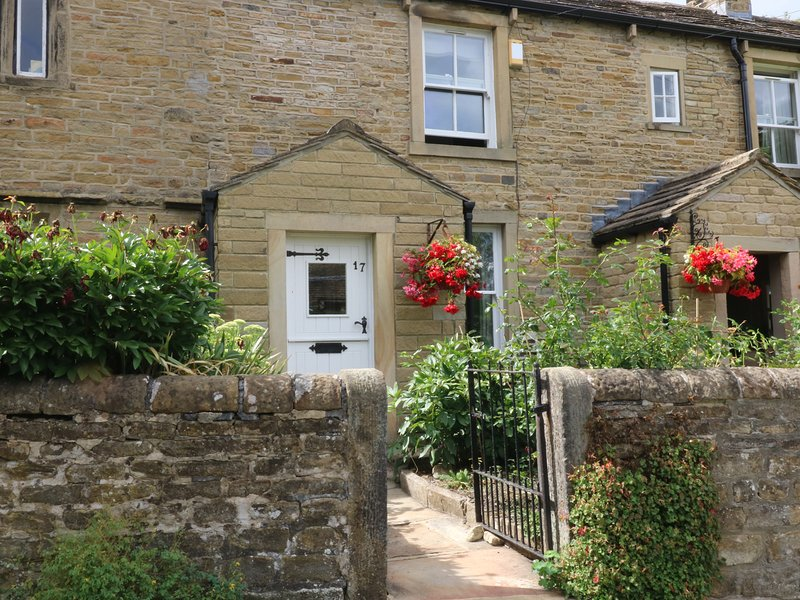 SALLY'S COTTAGE, lawned garden, village location, traditional cottage, in, holiday rental in Lothersdale