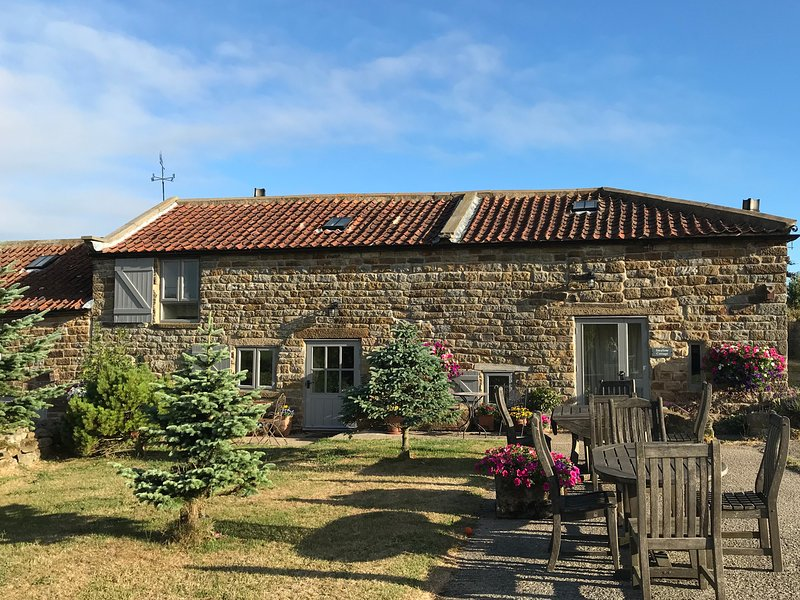 SWALLOW COTTAGE, pet friendly, character holiday cottage, with a garden in, holiday rental in Ravenscar