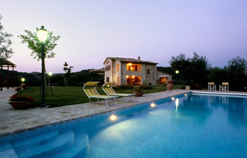 Toscella Villa Sleeps 10 with Pool Air Con and WiFi - 5227013, Ferienwohnung in Piedicolle