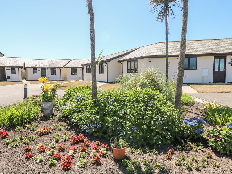 SEABREEZE  modern bungalow, small private patio with shared lawns, alongside, Ferienwohnung in Marazion