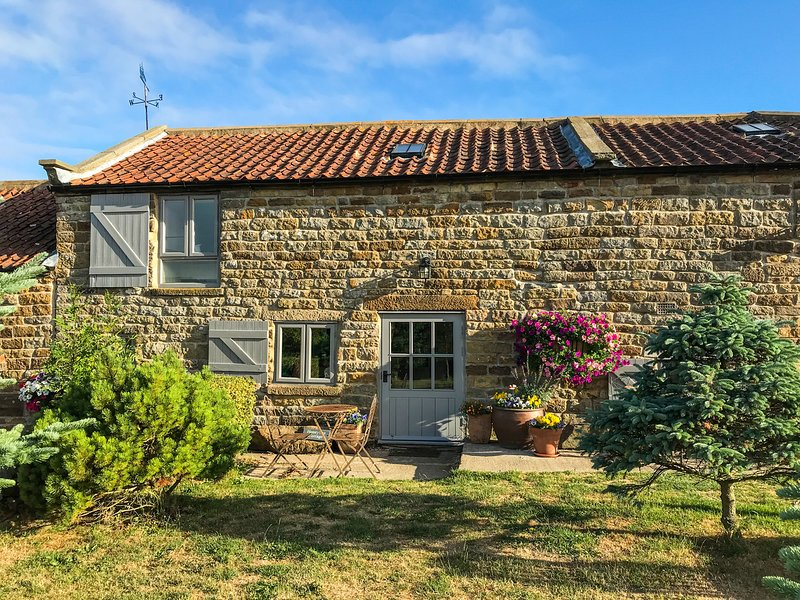 HONEY BEE COTTAGE, pet friendly, character holiday cottage, with a garden in, holiday rental in Ravenscar