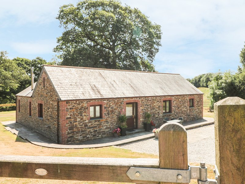 THE OAKS, luxury cottage, king-size bed, en-suites, woodburner, shared games, holiday rental in Two Waters Foot