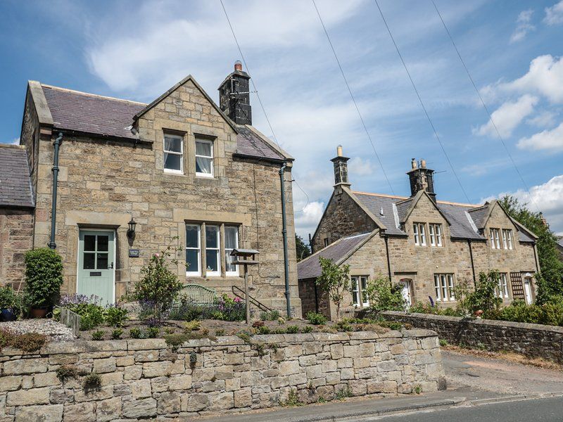 LIME TREE COTTAGE, family friendly, character holiday cottage, with a garden in, vacation rental in Chatton