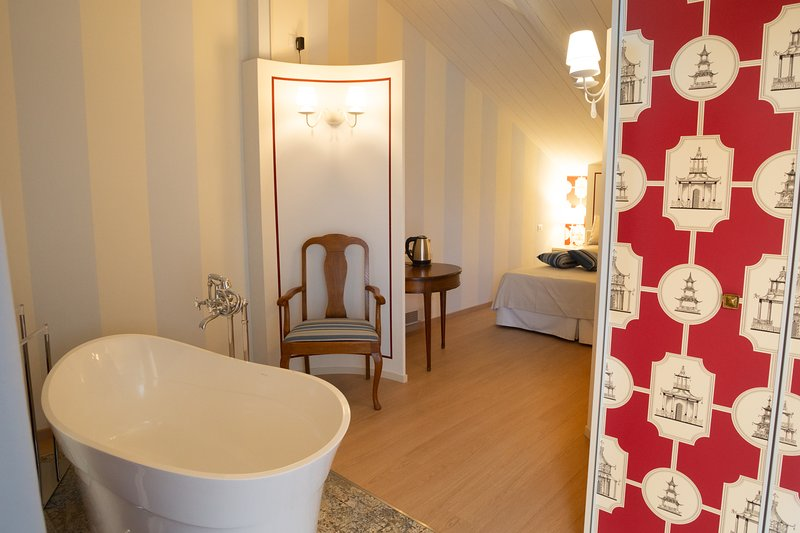Maison Petit Perlage: The Pinot Noir Room - Champagne bath? Why not!?, vacation rental in Sala Monferrato