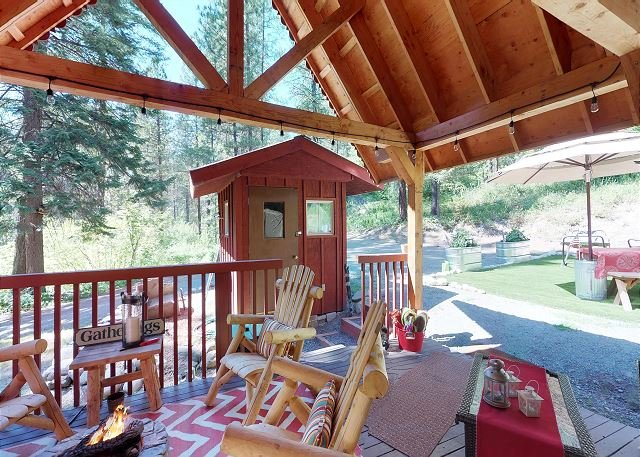 Merry Cabin- Private, Hot Tub WIFI, Hot Tub, 15 mins to Village, holiday rental in Leavenworth
