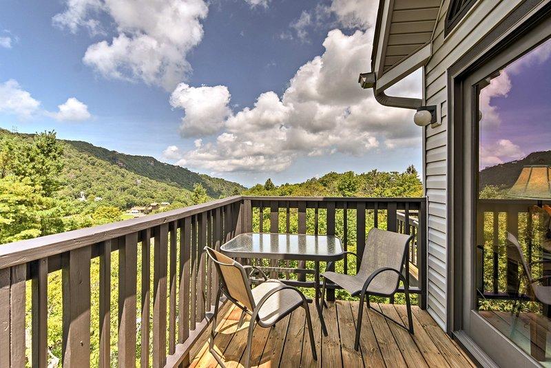 Enamórate de las montañas de Carolina del Norte en este condominio de alquiler de vacaciones.