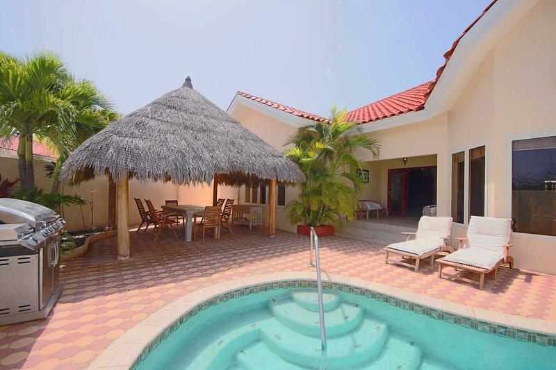 Njut av Aruban vädret i poolen eller under palapa