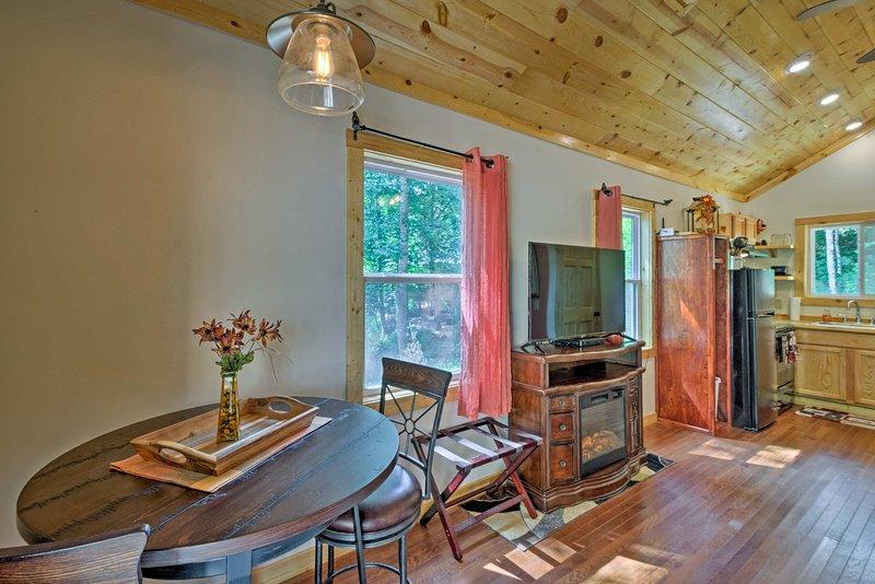 Bryson City Studio w/ Hot Tub - Near Nantahala!, location de vacances à Parc national des Great Smoky Mountains
