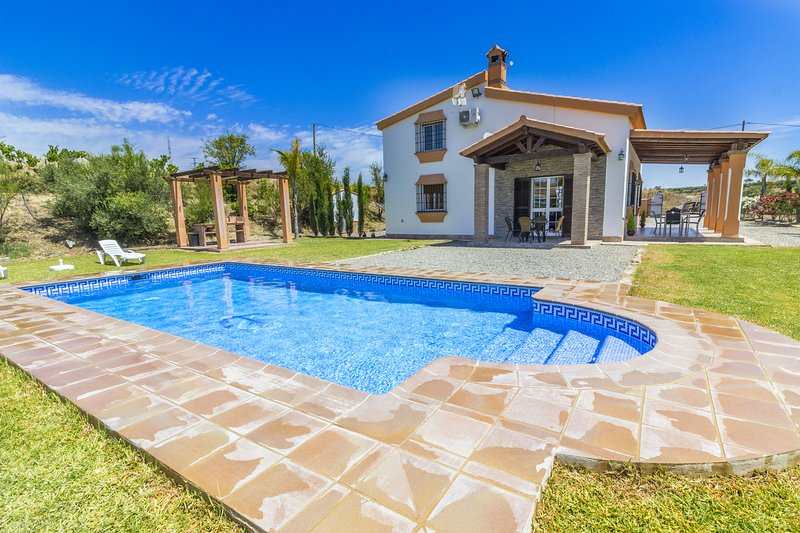 Cubo's Casa Rural Blanca Paloma, holiday rental in Coin
