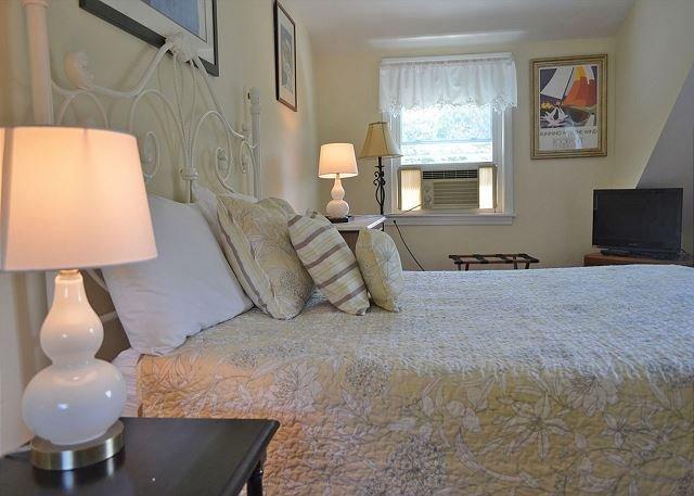 Dormitorio 2: cama de matrimonio y TV de pantalla plana.