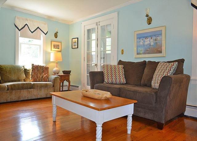 La sala de estar es cómoda y espaciosa.