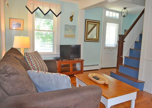 El salón tiene una televisión de pantalla plana y cómodos sofás.
