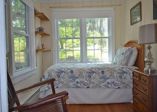 Dormitorio 1: piso principal individual con baño completo en suite.