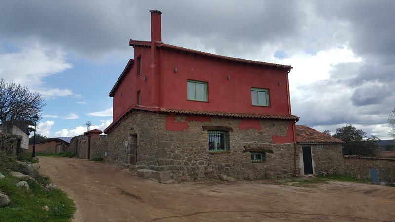 CASA RURAL ROJO DEL TIETAR 10-13 PERSONAS, EN EL VALLE DEL TIETAR, holiday rental in Piedralaves