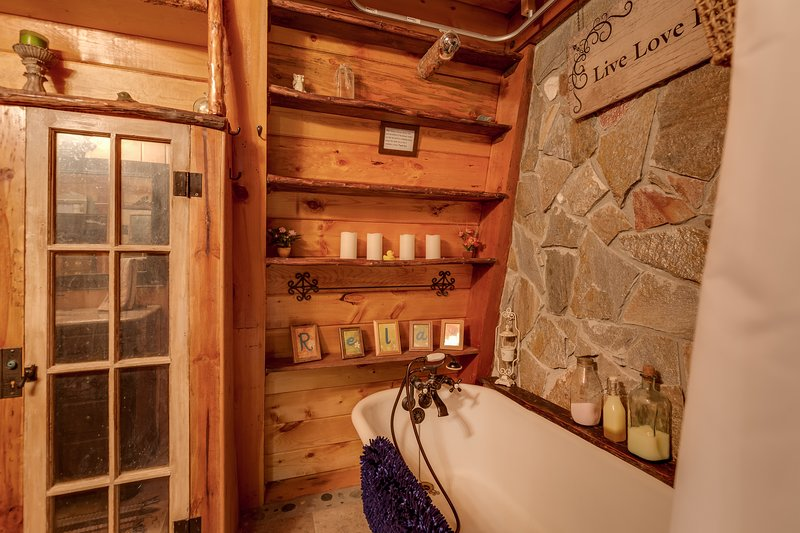 Knotty Pines ~ to be used as a bathtub or hand held shower head only. Showerhead does NOT attach to wall for hands free use!