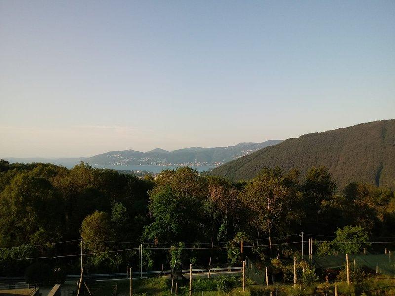 Riposante soggiorno in zona collinare lago maggiore, vista lago, vacation rental in Bee