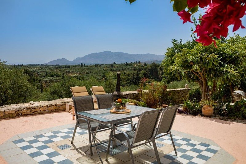 Wonderful peaceful stone house with nice view, location de vacances à Macheri