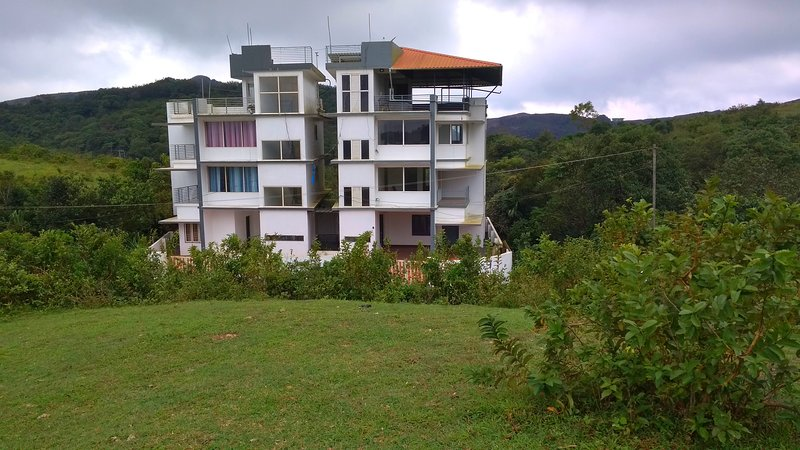 Vagamon Clouds - Super Deluxe Interconnection Double Bedroom 3, holiday rental in Mundakayam