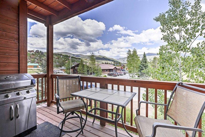 Het appartement met 2 slaapkamers en 2 badkamers beschikt over een gemeubileerd terras met een panoramisch uitzicht.