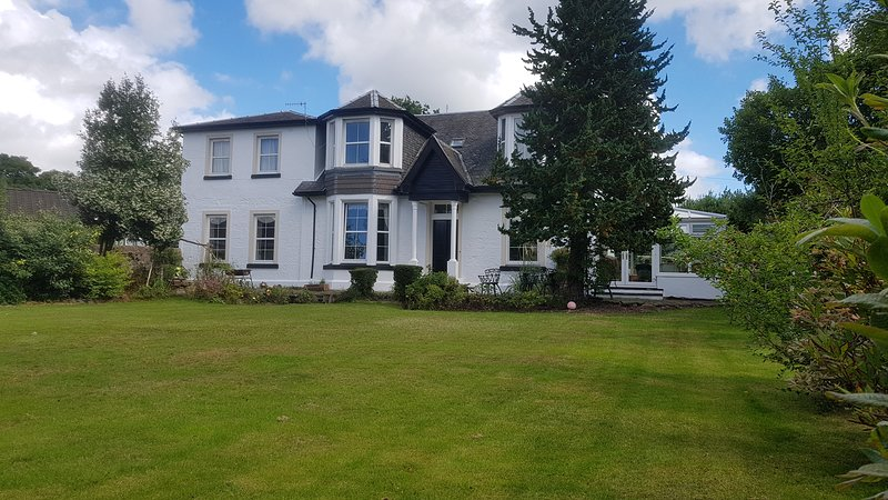 Loch Lomond and the Trossachs National Park - Family Holiday Home, holiday rental in Langbank