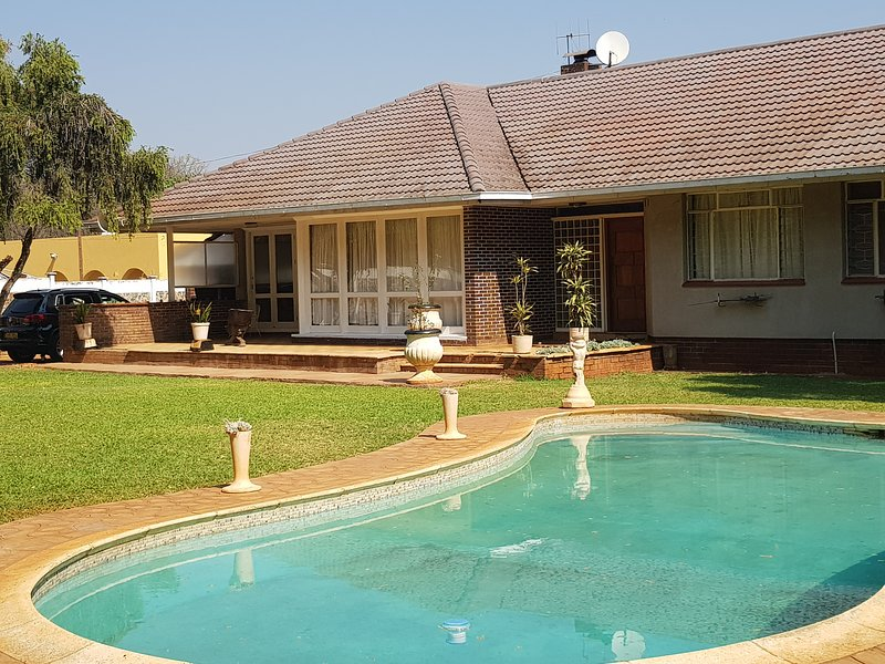 Lovely 3 bedroom home in quiet area of Suburbs. Walk from Museum & City center, vacation rental in Bulawayo