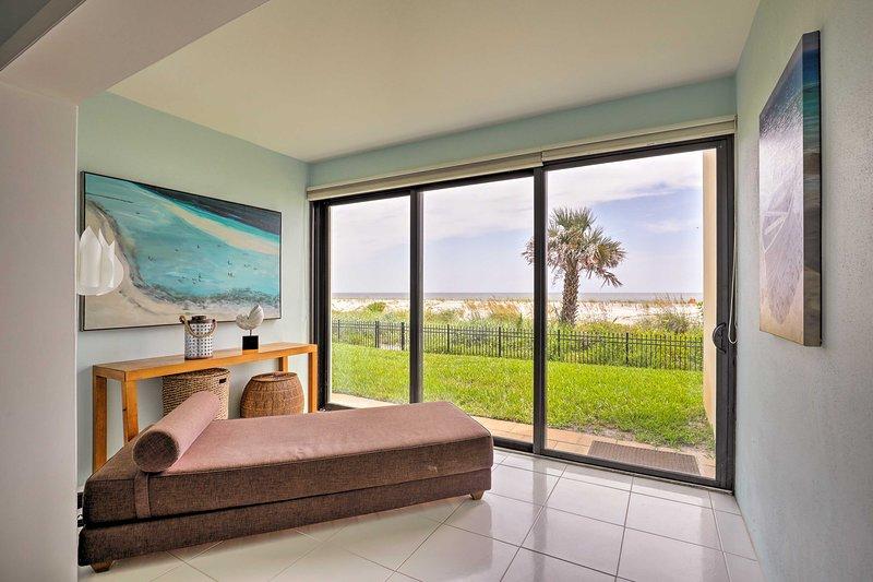 Explorez le rivage à partir de ce condo de vacances en bord de mer à Jacksonville Beach.
