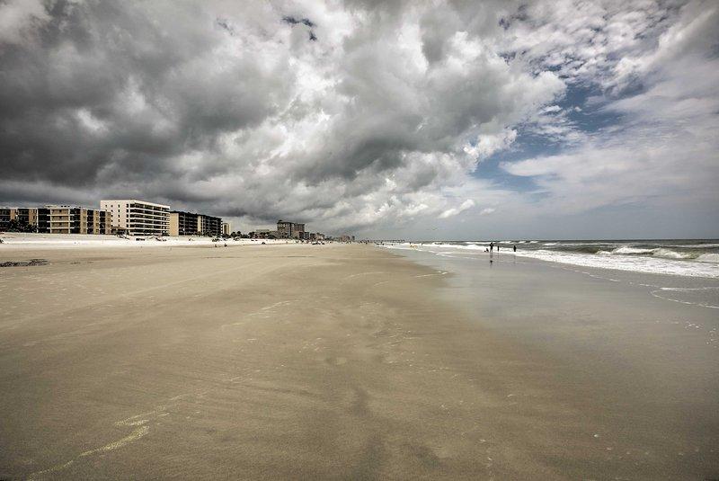 Prenez votre ami à quatre pattes pour une promenade le long de cette étendue de sable vierge.