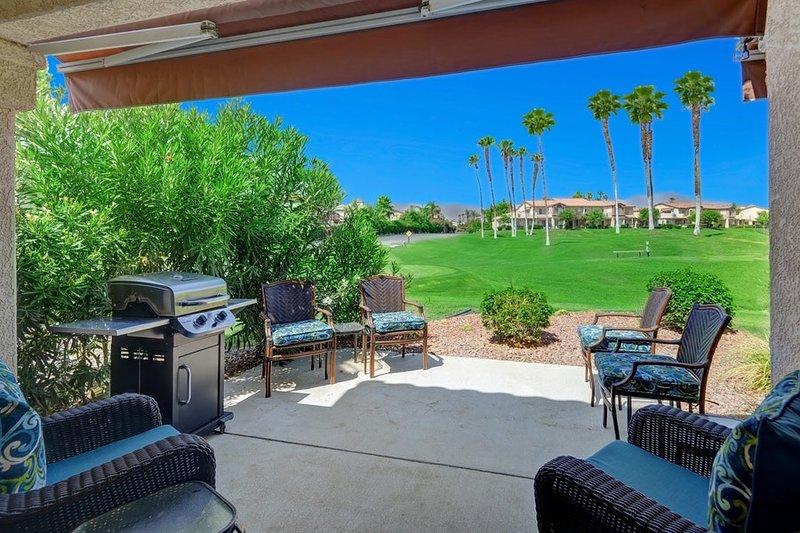 Excelente y moderno retiro de condominio con acceso al golf, tenis y piscina junto con un gran patio al aire libre.
