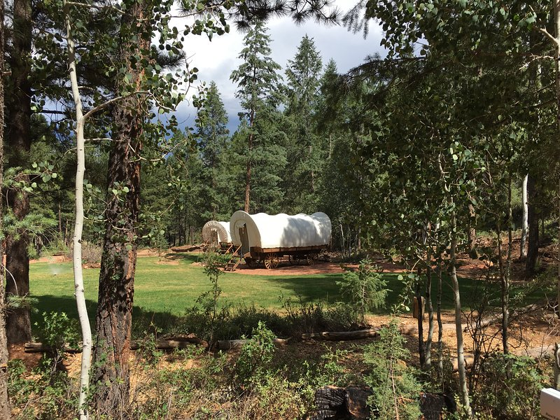 Whispering Pines: A Modern Pioneer Glamp, location de vacances à Long Valley Junction
