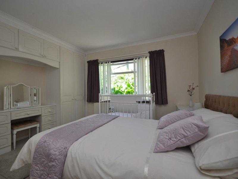 In deze slaapkamer met tweepersoonsbed kan op verzoek een kinderbedje worden geplaatst