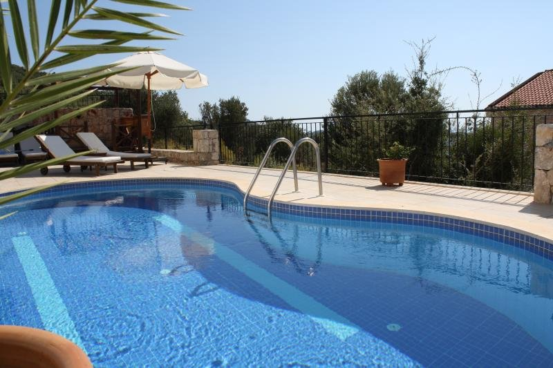 Villa Simena - Close to Center and Beach. Sea View from all Rooms. Top Ranking., location de vacances à KAS